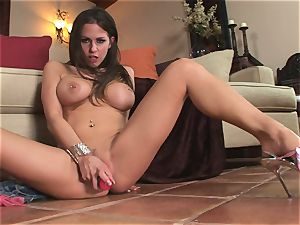 wild Rachel Roxx glides a phat plaything into her filthy lil' cootchie